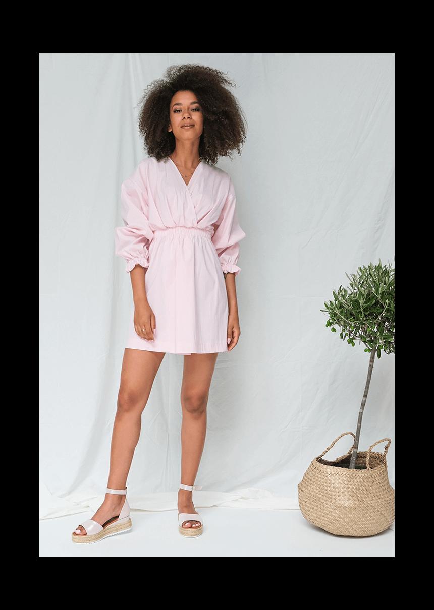 Jakie dodatki wybrać do różowej sukienki?