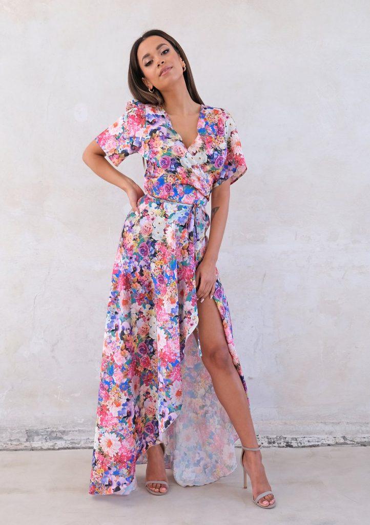 Weselna kopertowa sukienka z asymetrią w kwiaty